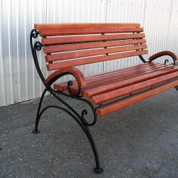 Кованая скамейка со пинкй и сиденьем из бруса