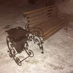 Кованые скамейка и мусорный бак