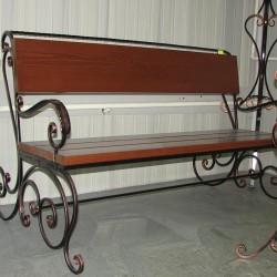 Кованая скамейка с деревянными сиденьем и спинкой